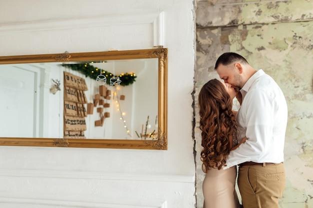 Felice giovane coppia sposata che celebra il nuovo anno