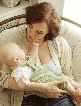 Felice giovane madre con bambino a casa