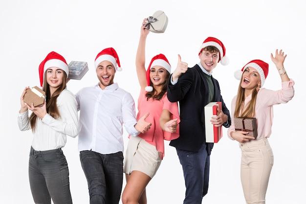 Giovani felici che tengono le caselle attuali su bianco