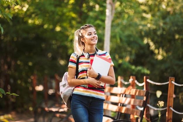 Felice giovane ragazza adolescente che trasportano
