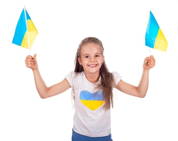 Felice giovane ragazza bianca con bandiera dell'ucraina isolata