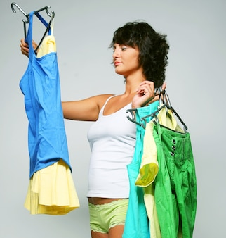 La giovane donna felice sceglie i vestiti. felice shopping.