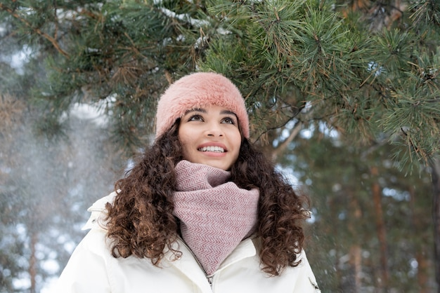 Ritratto di inverno della giovane donna felice