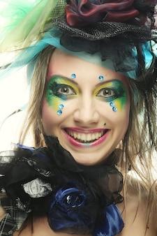 Felice giovane donna con volto creativo. stile bambola.
