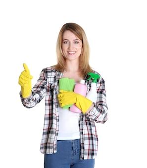 Felice giovane donna con straccio e prodotti per la pulizia su bianco