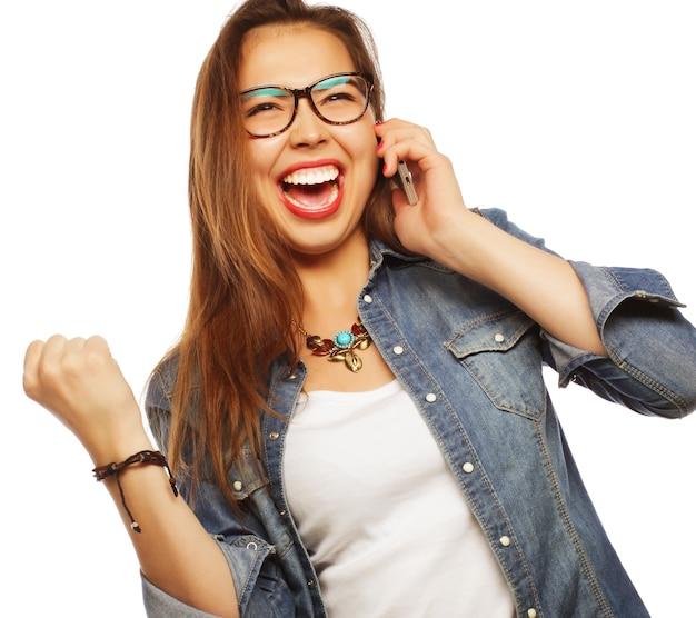 Felice giovane donna con smartphone