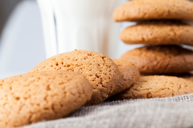 Biscotti duri al forno con farina d'avena e farina di frumento, biscotti non dolci ma secchi e croccanti con aggiunta di zucchero