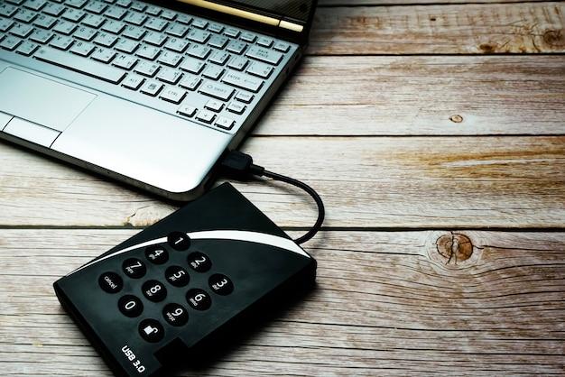 Dischi rigidi che richiedono una protezione dei dati tramite password.