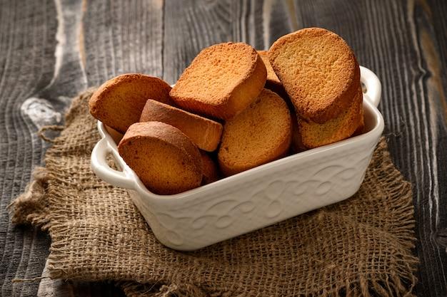 Fette biscottate del mandrino della fetta biscottata dura sulla tavola di legno