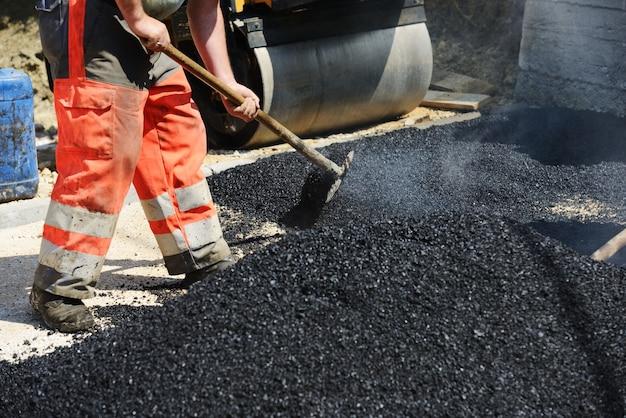 Duro lavoro sulla costruzione di asfalto