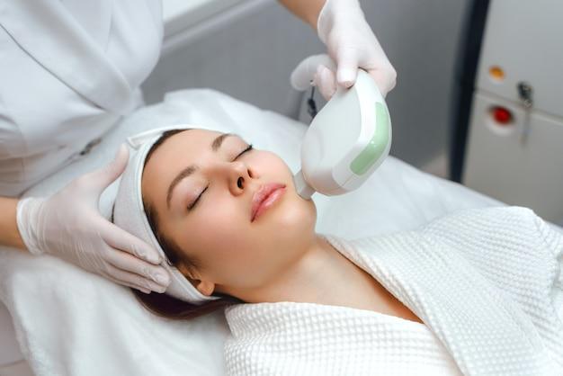 Cosmetologia hardware. procedura di cosmetologia per il viso. sollevamento ultraformer.