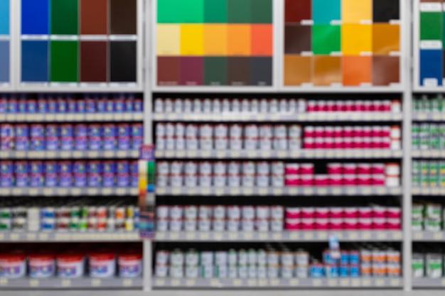 Negozio di ferramenta: una vasta gamma di vernici con un'ampia tavolozza di colori.