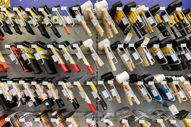 Negozio di ferramenta con contatori di utensili compresi i martelli.