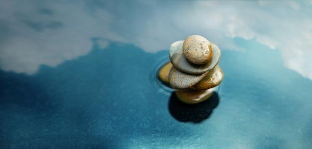 Armonia, calma, mente, vita rilassante e vivere secondo il concetto di natura. pila di pietra naturale che si imposta sull'acqua