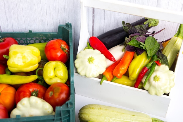Raccolta di verdure. un cesto della spesa dal giardino.