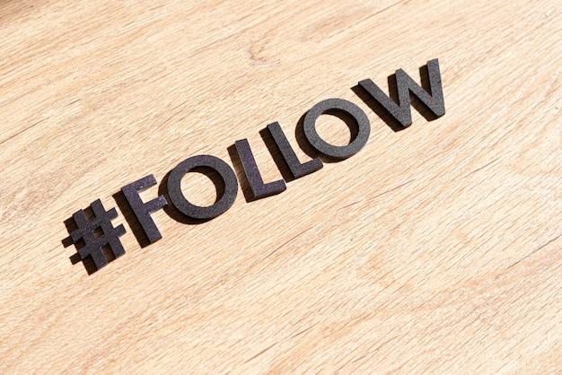 Segui un hashtag, web come internet e pulsanti di condivisione, taglia parole di lettere, flat lay