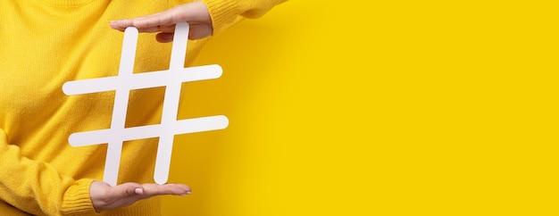 Segno di hashtag in mano, concetto di tecnologia, comunicazione, marketing online, industria della bellezza