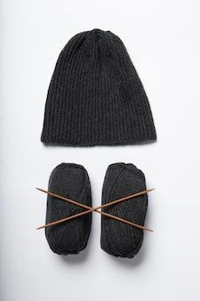 Il cappello è lavorato a maglia in nero con razze isolate