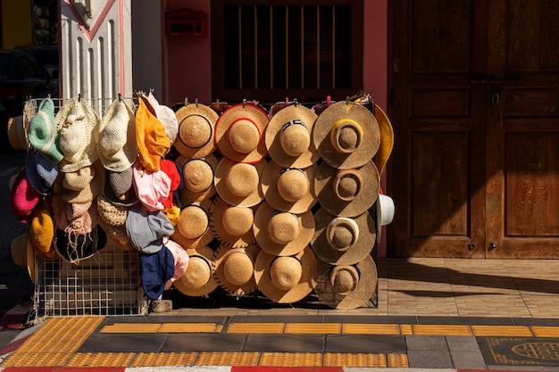 Negozio di cappelli per la vendita sul marciapiede nella città turistica di phuket, in thailandia