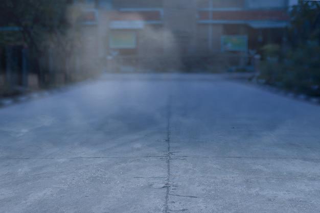 Strada infestata con nebbia e sfondo chiaro di luna. concetto di halloween