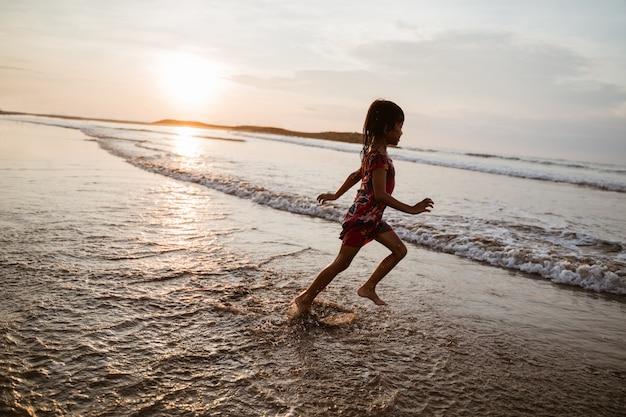 Divertiti con la bambina asiatica che corre