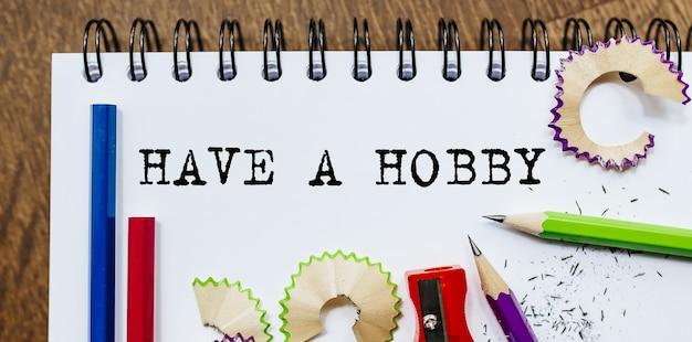 Abbia un testo hobby scritto su un foglio con le matite in ufficio