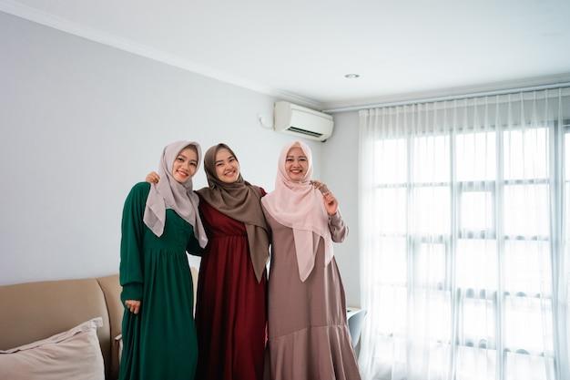 Divertirsi mentre passare il tempo tre donne musulmane in piedi nel letto