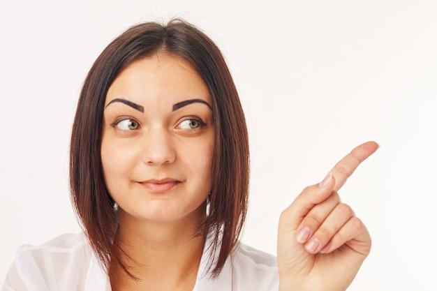 Avere una donna idea che punta il dito di lato