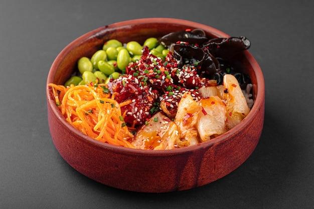 Poke bowl di pollo piccante hawaiano con kimchi