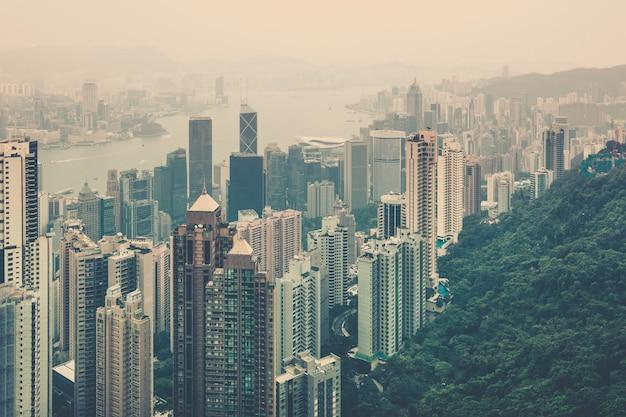 Vista del centro di haze hong kong dal picco di victoria. scatto filtrato