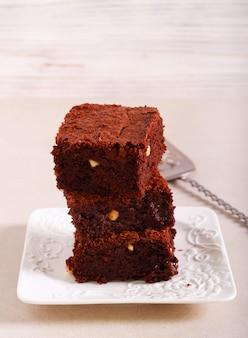 Barrette di torta brownie alle nocciole servite sul piatto