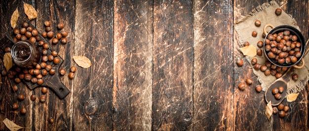 Burro al cioccolato alla nocciola su uno sfondo di legno