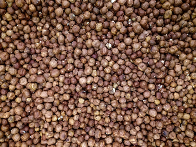 Sfondo di nocciole. un sacco di nocciole in un supermercato o bancone del mercato