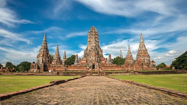 Parco storico hdr ayutthaya. il tempio più famoso. quella principale attrazione turistica di ayutthaya. sito archeologico. edifici. punto di riferimento della thailandia.