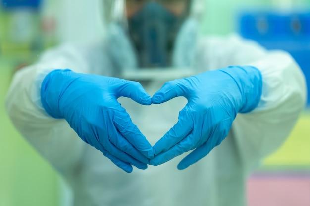 Il medico sta incoraggiando pazienti e parenti infettati da covid dopo il trattamento dei pazienti.
