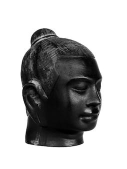 Testa di buddha, colore nero scolpito in pietra isolata su superficie bianca, stile verticale. il volto dell'antico buddha in pietra, vista laterale.