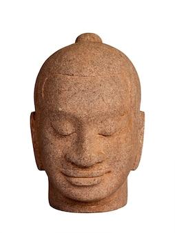 Testa di buddha scolpita in pietra isolata su superficie bianca, stile verticale. volto di buddha in pietra antico, vista frontale.
