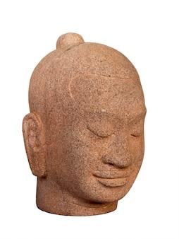 Testa di buddha scolpita in pietra isolata su superficie bianca, stile verticale. volto di buddha in pietra antico.
