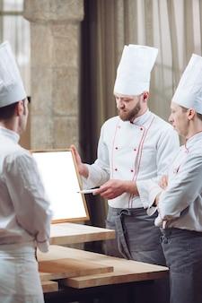 Lo chef e il suo staff in cucina.