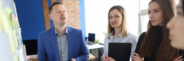 Il capo del dipartimento conduce statistiche e analisi dei rapporti con i dipendenti. concetto di conclusione aziendale