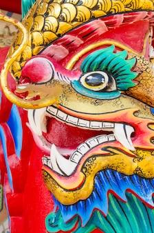La testa della statua del drago decora sul palo
