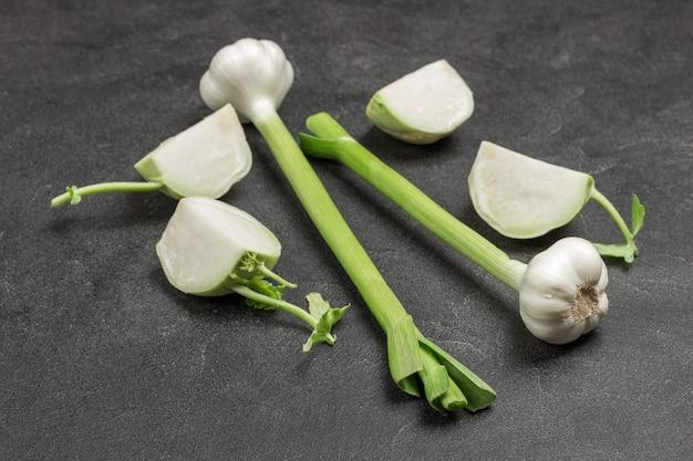 Testa di spicchio d'aglio. cibo naturale della fattoria. prodotti per l'immunità. sfondo nero. vista dall'alto