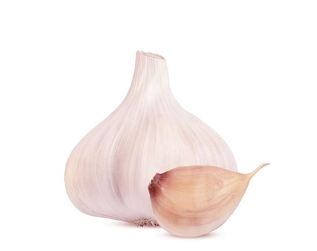 La testa d'aglio e la fetta su uno sfondo bianco