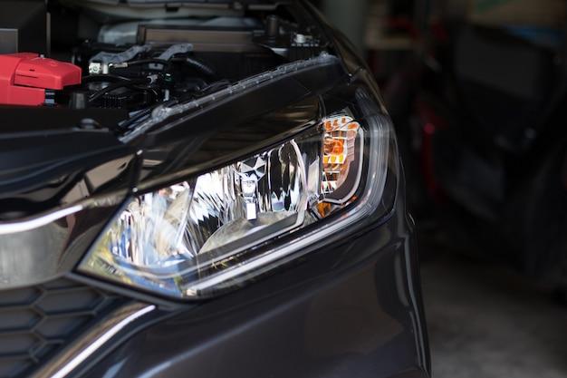 Fanale anteriore di un'auto personale con luce a led