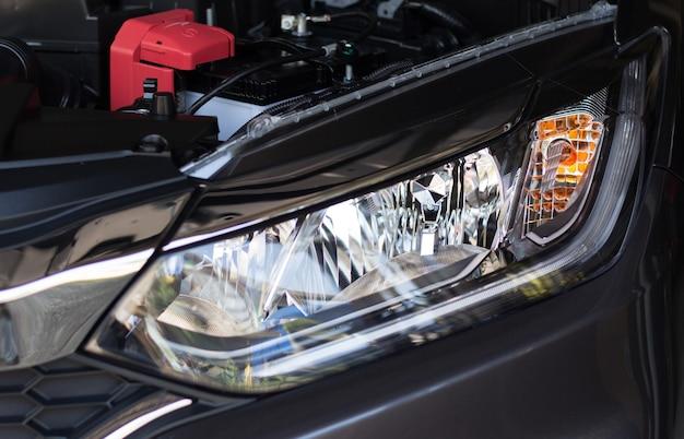 Faro anteriore di un'auto personale con luce a led