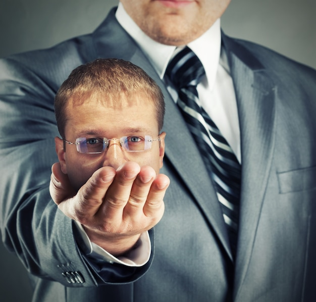 Cacciatore di teste che mostra la sua preda in mano