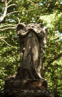 Un angelo senza testa in un cimitero