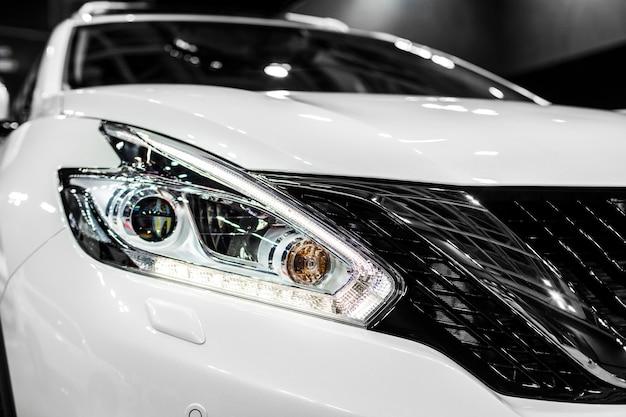 Fari di auto moderne con ottica a led e xeno