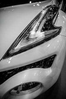 Faro anteriore di moderne auto crossover con ottica a led e xeno