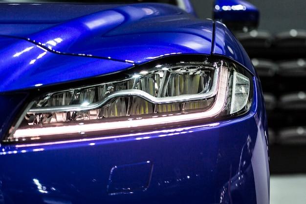 Faro anteriore della moderna vettura sportiva 4wd con ottica a led e xeno